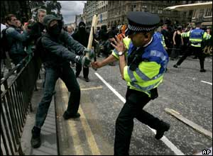 Anti-G8 protestor blocking ASP strike by Edinburgh Scotland policeman